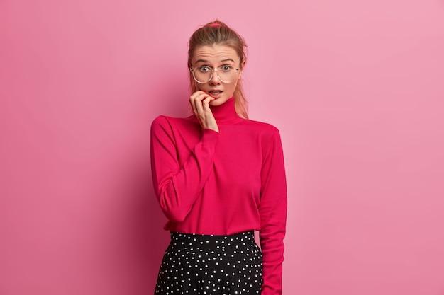 Retrato de mulher jovem e bonita de óculos isolado