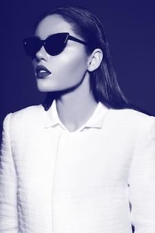 Retrato de mulher jovem e bonita elegante com óculos de sol