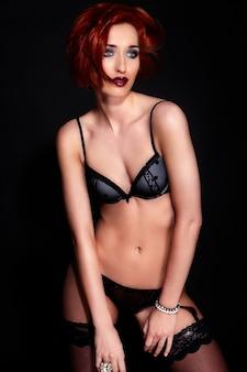 Retrato de mulher jovem e bonita elegante em lingerie