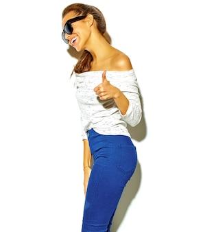 Retrato de mulher jovem e bonita elegante mostrando os polegares para cima o sinal