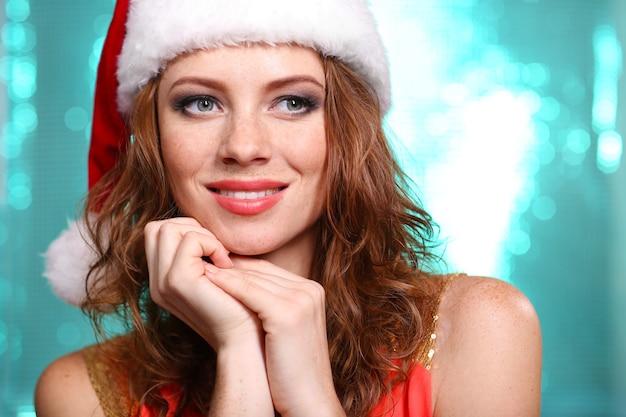 Retrato de mulher jovem e bonita em fundo azul brilhante