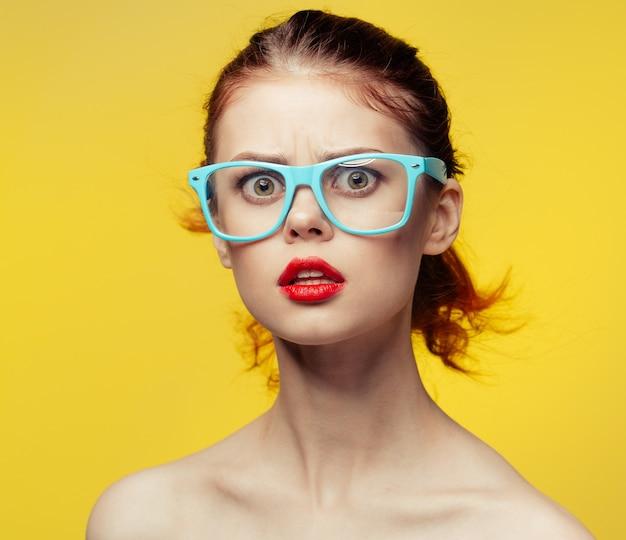 Retrato de mulher jovem e bonita em óculos.