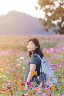 Retrato de mulher jovem e bonita em um prado florido