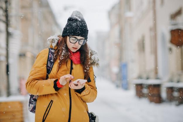 Retrato de mulher jovem e bonita feliz com smartphone