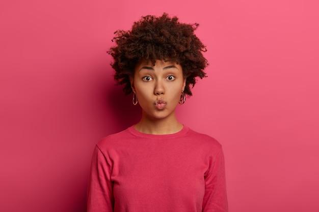 Retrato de mulher jovem e bonita gesticulando Foto gratuita