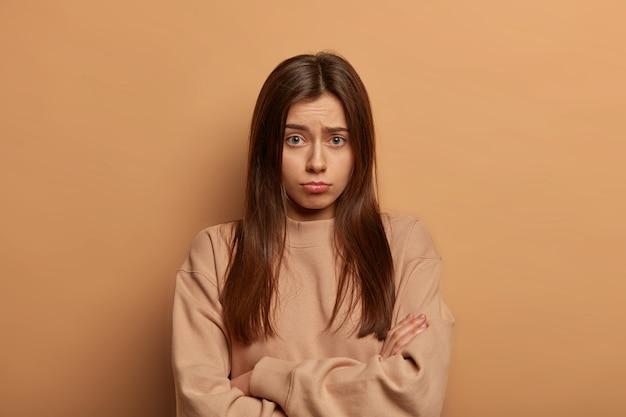 Retrato de mulher jovem e bonita gesticulando