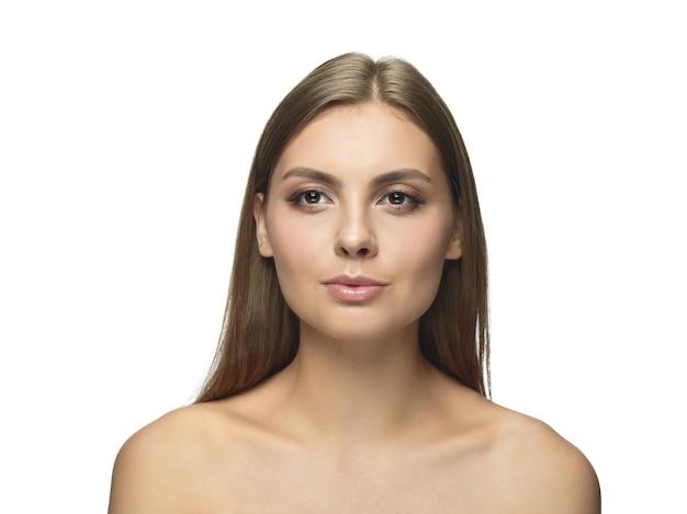 Retrato de mulher jovem e bonita isolada no fundo branco do estúdio. modelo feminino saudável caucasiano olhando para a câmera e posando. conceito de saúde e beleza feminina, autocuidado, cuidados com o corpo e a pele.