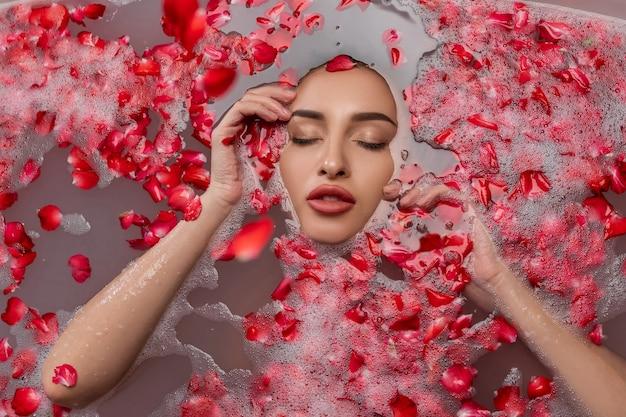 Retrato de mulher jovem e bonita na banheira