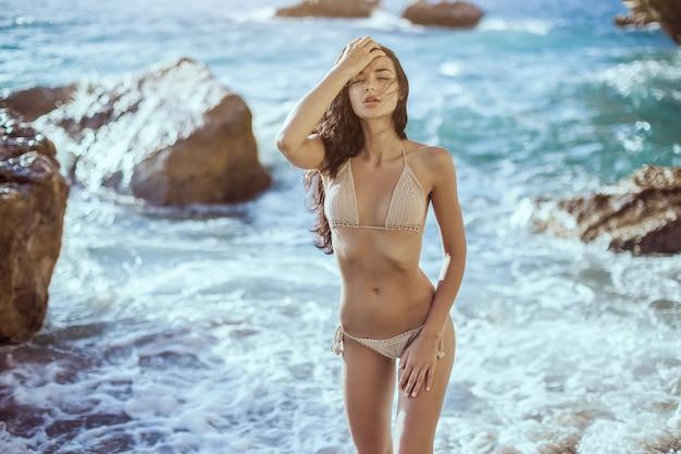 Retrato de mulher jovem e bonita na praia.