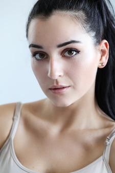 Retrato de mulher jovem e bonita posando