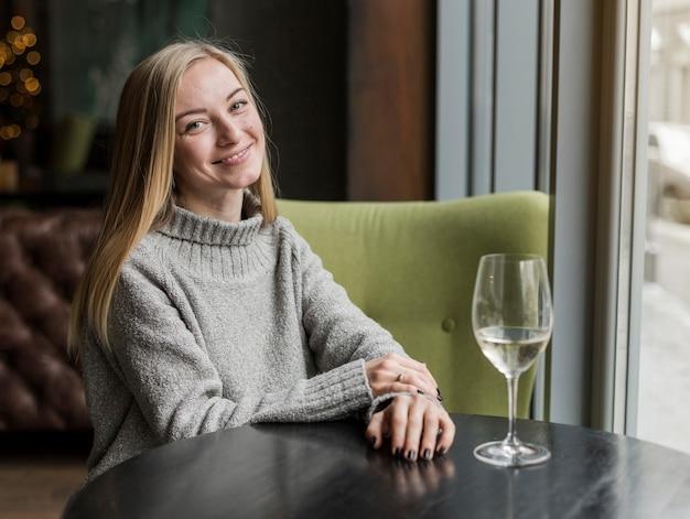 Retrato de mulher jovem e bonita sorrindo