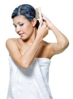 Retrato de mulher jovem e bonita tingindo cabelos isolados no branco