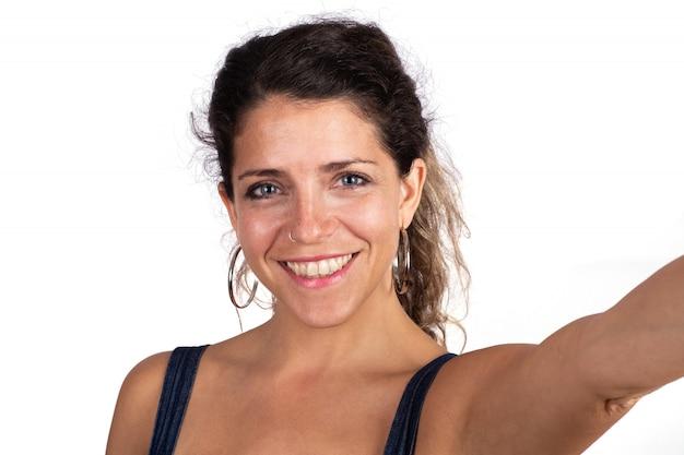 Retrato de mulher jovem e bonita tirando uma selfie