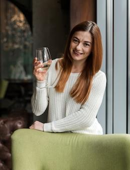 Retrato de mulher jovem e bonita tomando vinho