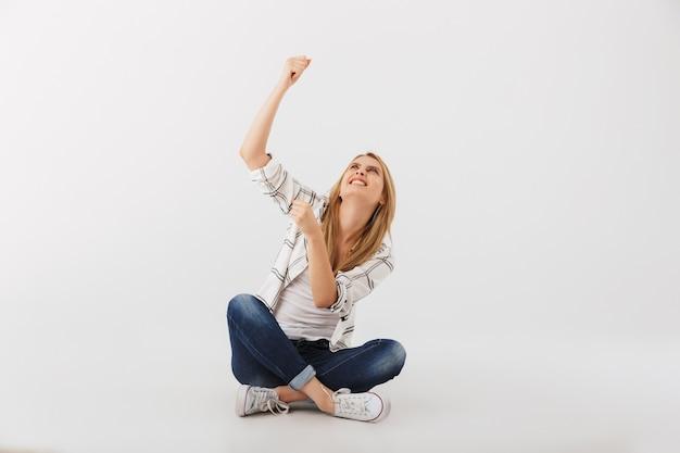 Retrato de mulher jovem e casual com raiva apontando para cima