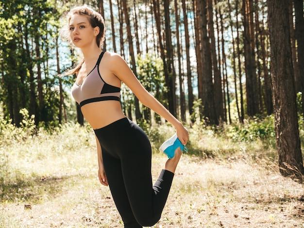 Retrato de mulher jovem e concentrada em esportes no parque