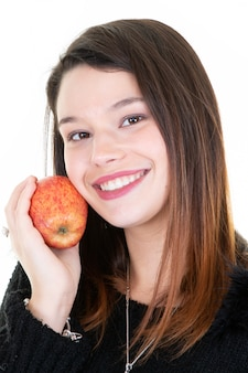 Retrato de mulher jovem e saudável feliz abraçando com maçã vermelha