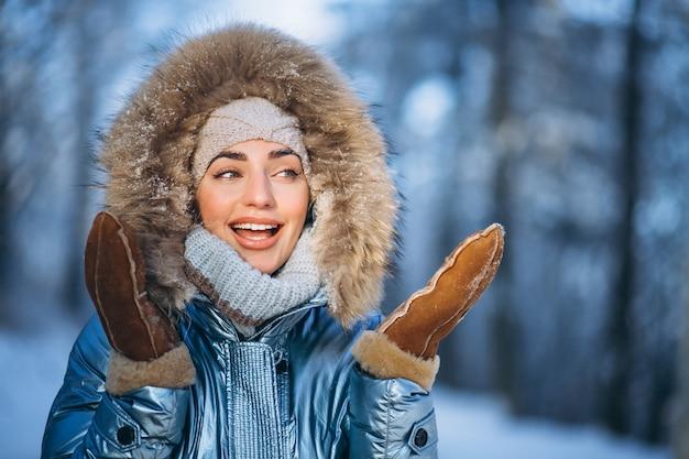 Retrato, de, mulher jovem, em, casaco inverno
