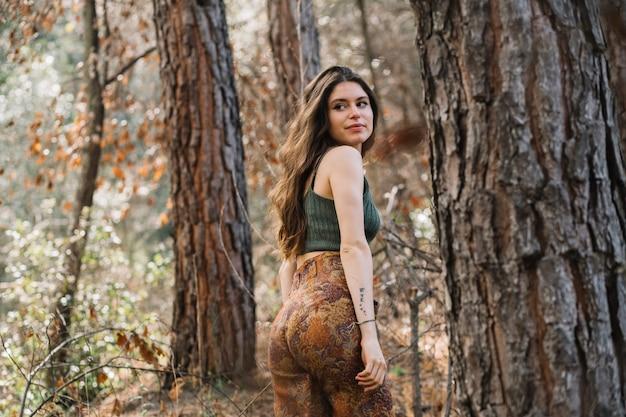 Retrato, de, mulher jovem, em, floresta