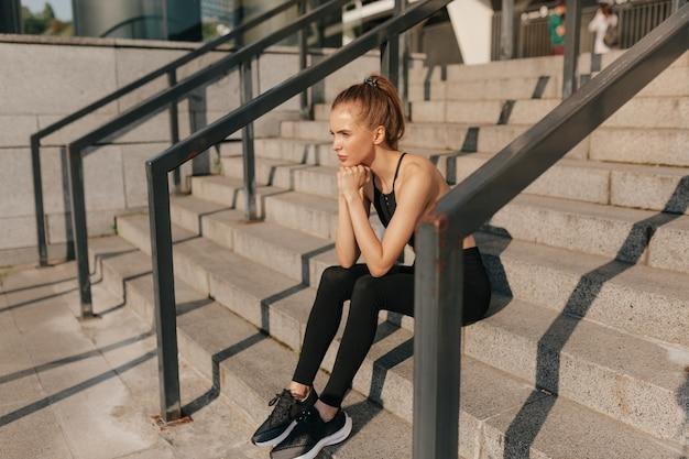 Retrato de mulher jovem em forma e desportiva