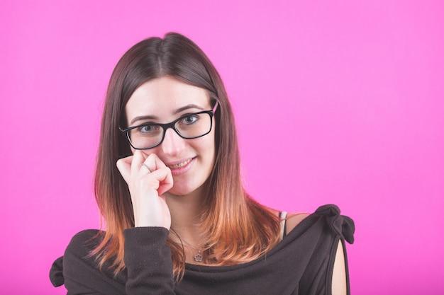 Retrato de mulher jovem em fúcsia