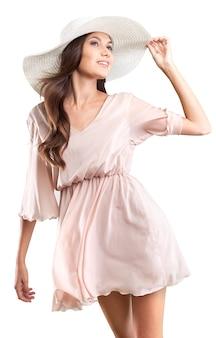 Retrato de mulher jovem em lindo vestido e chapéu