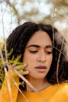 Retrato, de, mulher jovem, em, natureza
