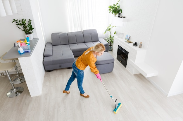 Retrato, de, mulher jovem, esfregar chão, em casa