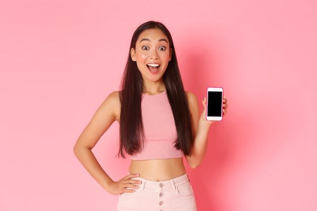 Retrato de mulher jovem expressiva com celular