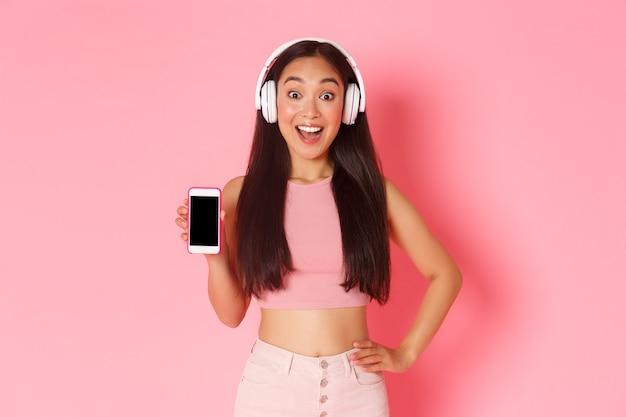 Retrato de mulher jovem expressiva com fones de ouvido ouvindo música