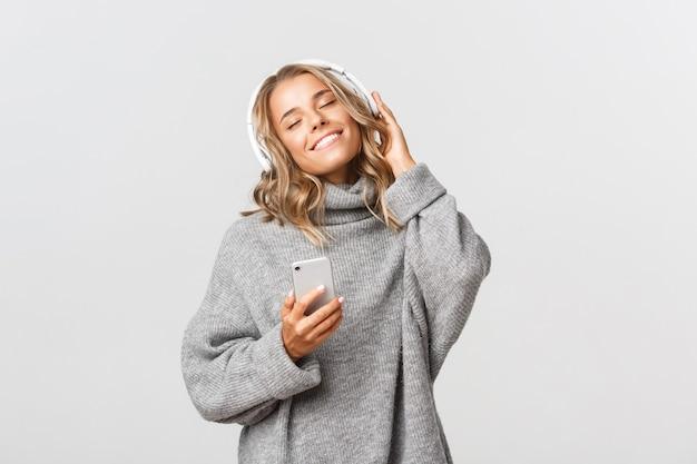 Retrato de mulher jovem expressiva com música móvel