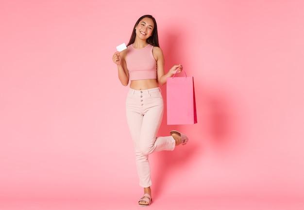 Retrato de mulher jovem expressiva com sacolas de compras