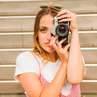 Retrato, de, mulher jovem, fazendo exame retrato, com, câmera
