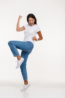 Retrato de mulher jovem feliz comemorando sucesso