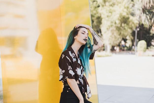 Retrato, de, mulher jovem, ficar, parque