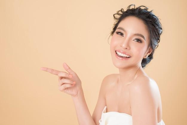 Retrato de mulher jovem linda pele perfeita bonita em estúdio