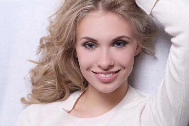 Retrato de mulher jovem loira muito bonita