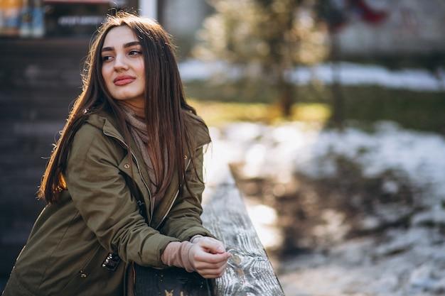 Retrato de mulher jovem na rua