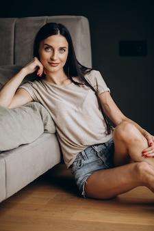 Retrato de mulher jovem no quarto