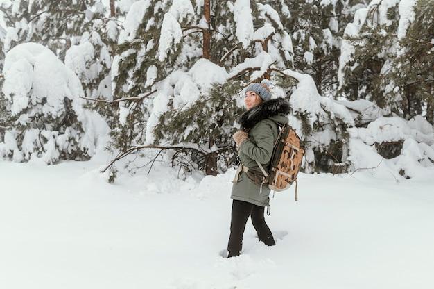 Retrato de mulher jovem num dia de inverno
