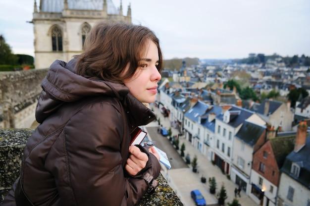 Retrato, de, mulher jovem, olhar, cidade pequena, (france, amboise)