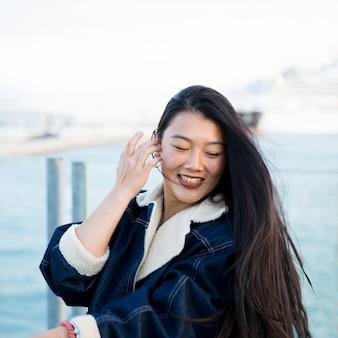 Retrato, de, mulher jovem, por, a, mar