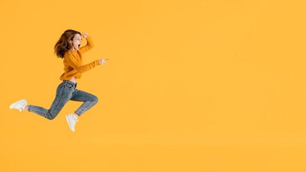 Retrato de mulher jovem pulando com espaço de cópia