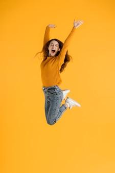 Retrato de mulher jovem pulando