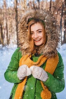 Retrato de mulher jovem. retrato em close up de uma garota feliz