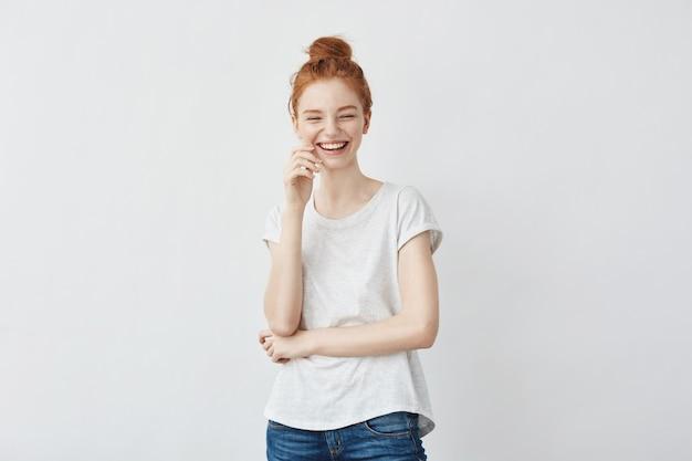 Retrato de mulher jovem ruiva linda rindo.