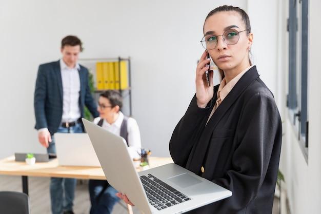 Retrato, de, mulher jovem, segurando laptop