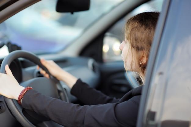 Retrato, de, mulher jovem, sentando um carro