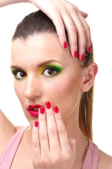 Retrato de mulher jovem sexy com maquiagem glamour e manicure vermelha