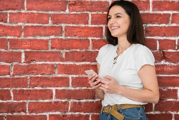 Retrato, de, mulher jovem, sorrindo